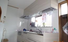 全体的に明るいキッチン空間になりました。壁にはキッチンパネルが貼られてお掃除ラクラク♪
