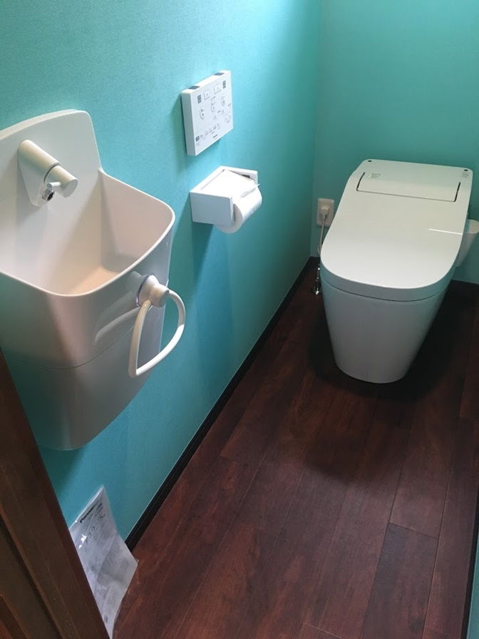 水色の壁紙のトイレ
