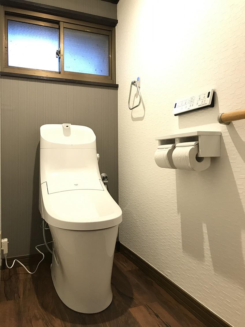 チャコールと白の壁紙のトイレ
