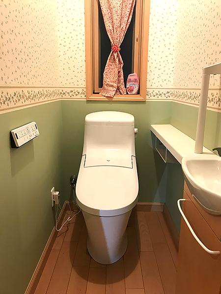 爽やかなグリーンのトイレ