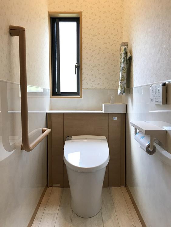 キャビネット付きのトイレ