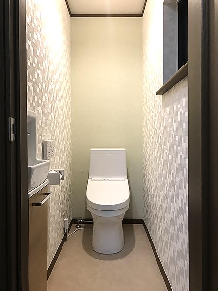 白のシンプルなトイレ