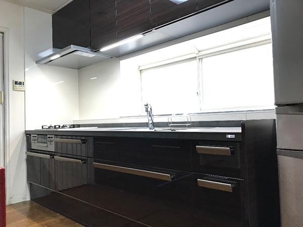 幅の広いキッチン