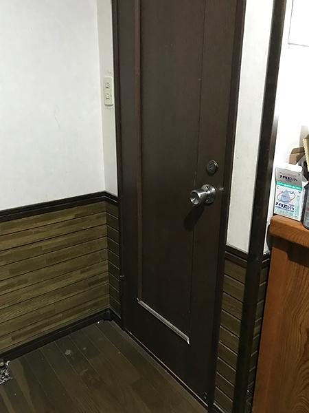 茨城県潮来市 トイレドア変更|痛んだドアをインテリアに合わせてリフォーム