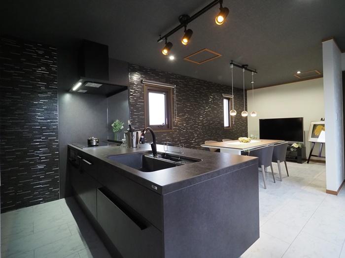 千葉県銚子市 LDKリフォーム|LIXILキッチン「リシェル」と色を合わせた改装でシックな空間に