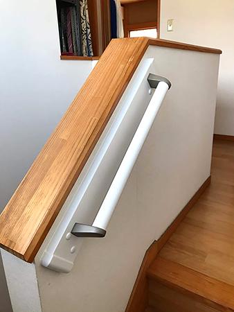 千葉県富里市 階段リフォーム|壁色に合わせた手すりの設置で昇降を安全に