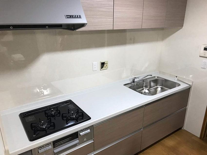 淡いブラウンのキッチン