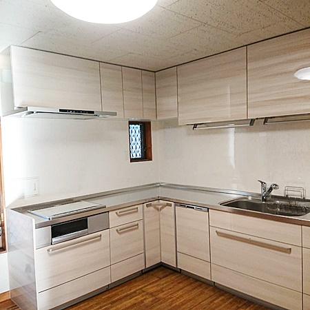 広々としたL型キッチン