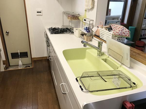 爽やかな色合いのキッチン