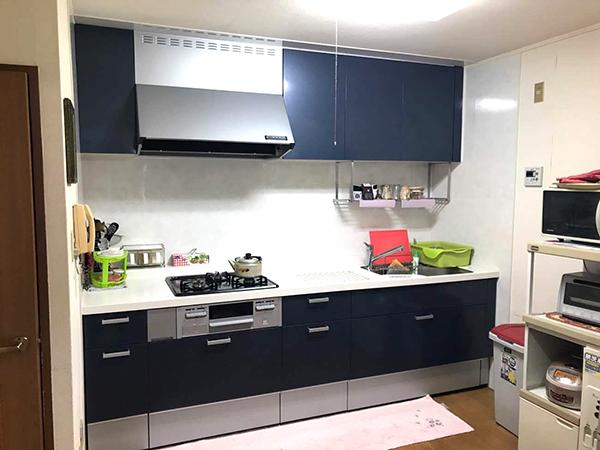 紺色のおしゃれなキッチン